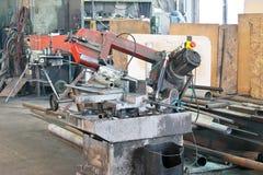 Maskinhjälpmedel för att klippa metall i produktionseminariet Royaltyfria Foton