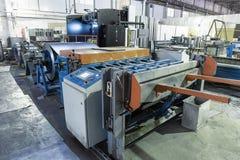 Maskinhjälpmedel med metall-rulle arket för metallarbete i fabriken för produktionstålrör och rör för ventilationssystem Arkivfoton