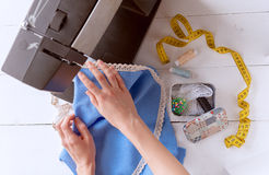 maskinsömnaden syr kvinnan arbetsbefruktning Royaltyfria Bilder