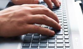 Maskinskrivning för affärsman på tangentbordet Arkivbilder