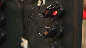 Maskinvarutrådar förband till relär för den elektriska strömkretsen, automatisk utrustning stock video