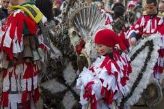 Maskowi Mummer dziecka Surva Bułgaria Scull piórka Zdjęcie Stock