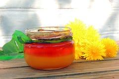 Maskrosor och honung royaltyfria foton