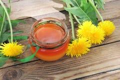 Maskrosor och honung arkivbild