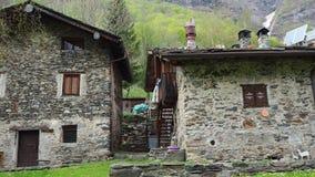 Maslana只徒步是容易接近一个古老的乡村 瓦尔邦迪奥内, Orobie阿尔卑斯,意大利 股票视频