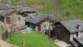 Maslana只徒步是容易接近一个古老的乡村 瓦尔邦迪奥内, Orobie阿尔卑斯,意大利 股票录像