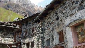 Maslana es un pueblo rural antiguo accesible solamente a pie Valbondione, montañas de Orobie, Italia almacen de metraje de vídeo
