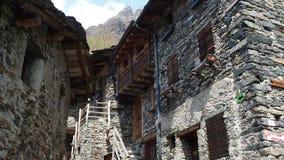 Maslana es un pueblo rural antiguo accesible solamente a pie Valbondione, montañas de Orobie, Italia almacen de video