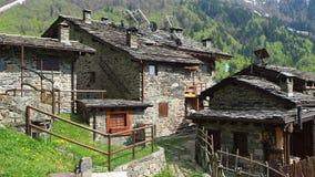 Maslana es un pueblo rural antiguo accesible solamente a pie Valbondione, montañas de Orobie, Italia metrajes