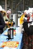 Maslenitsa â人、俄国俄国式茶炊和百吉卷 库存照片