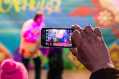 Maslenitsa (εβδομάδα τηγανιτών) Οι βλαστοί ατόμων στο τηλέφωνο, ως εκπαιδευτή με την αρκούδα αποδίδουν στη σκηνή Στοκ Εικόνες