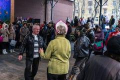 Maslenitsa (εβδομάδα τηγανιτών) Οι ηλικιωμένοι συνδέουν το χορό μπροστά από τη σκηνή κατά τη διάρκεια της συναυλίας Στοκ Φωτογραφία