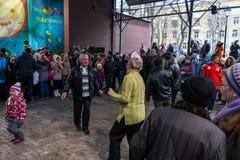 Maslenitsa (εβδομάδα τηγανιτών) Οι ηλικιωμένοι συνδέουν το χορό μπροστά από τη σκηνή κατά τη διάρκεια της συναυλίας Στοκ εικόνες με δικαίωμα ελεύθερης χρήσης
