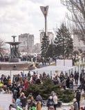 Maslenitsa-成人和孩子在公园走到Shrovetide 库存图片
