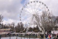 Maslenitsa-成人和孩子在公园走到Shrovetide 免版税图库摄影