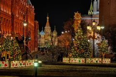 Maslenitsa-Dekorationen und Kathedrale St. Basil's nachts stockfotos