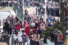 Maslenitsa- dzieci i dorosli chodzą w parku ostatki Zdjęcie Stock