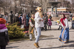 Maslenitsa- dziewczyny skacze przez bluzy w parku przy Carni Fotografia Royalty Free