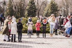 Maslenitsa- dziewczyny skacze przez bluzy w parku przy Carni Obraz Royalty Free