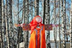 Maslenitsa fågelskrämma i solig dag för vinter Royaltyfri Foto