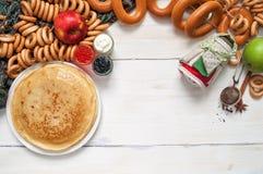 Maslenitsa festivalmål Pannkaka med kaviaren och te Arkivbild