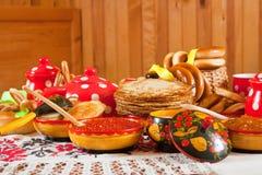 Maslenitsa-Festivalmahlzeit lizenzfreie stockfotografie