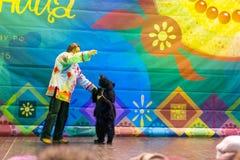 Maslenitsa (pannekoekweek) De dierlijke trainer met de beer op stadium Royalty-vrije Stock Foto