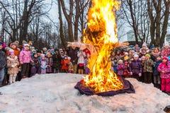 Maslenitsa (semana da panqueca) Queimando a efígie do inverno, cercada por povos Imagens de Stock Royalty Free