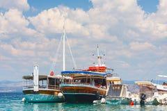 小游艇船坞在小村庄Maslinica在Solta海岛 好和有趣的游人de 免版税图库摄影