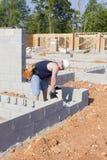 Masón con el bloque de cemento Imágenes de archivo libres de regalías