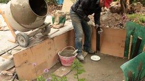 Mason που ενισχύει το φρέσκο τοίχο τσιμέντου απόθεμα βίντεο