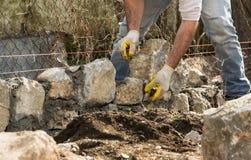Mason που χτίζει έναν τοίχο πετρών, αυθεντικό εργαζόμενο πρόσωπο στοκ φωτογραφία με δικαίωμα ελεύθερης χρήσης