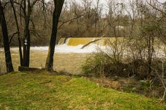Mason Creek Dam på flodetapp - 3 royaltyfria bilder