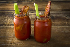 Mason Jar Bacon Bloody Marys arkivbilder