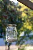 Mason Jar på den wood strålen royaltyfri bild