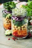 Mason Jar Salad casalingo in buona salute fotografie stock libere da diritti