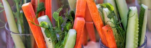 Mason Jar Salad casalingo in buona salute con la quinoa e le verdure - alimento sano, dieta, disintossicazione, cibo pulito o con immagine stock