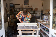 Mason At Work On Carving en pierre dans le studio Images libres de droits