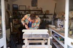 Mason At Work On Carving en pierre dans le studio Images libres de droits