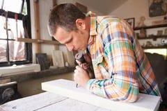 Mason At Work On Carving en pierre dans le studio Photos stock