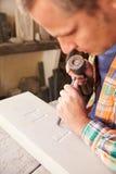 Mason At Work On Carving en pierre dans le studio Images stock