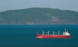 Masowego przewoźnika BULKER ATLANTYCKI chodzenie przez zatokę Nakhodka Zatoka Wschodni (Japonia) morze 18 05 2014 Fotografia Royalty Free