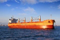 Masowego przewoźnika Catherine Manx zakotwiczający blisko do portu Algeciras obraz royalty free