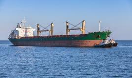 Masowego przewoźnika i holownika łodzie duży statek towarowy Fotografia Stock