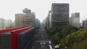 MASP, Brazilië, Augustus, 2017 Luchtmening over Paulista-Weg, in citySao Paulo, Brazilië, Augustus, 2017 van Sao Paulo stock video