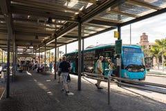 Maspalomas, Gran Canaria na Espanha - 11 de dezembro de 2017: Transporte a posição na estação do ônibus e do transporte de Faro d foto de stock royalty free