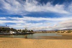 Maspalomas in Gran Canaria, Spanje - December 11, 20017: La Charca, de plaats van de vogelobservatie in de Maspalomas-Duinenaard stock foto's