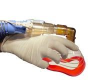 Masque à oxygène à disposition de docteur. D'isolement. Photos stock