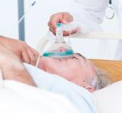 Masque à oxygène de réception patient aîné Photo libre de droits