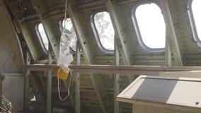 Masque à oxygène sur l'avion banque de vidéos